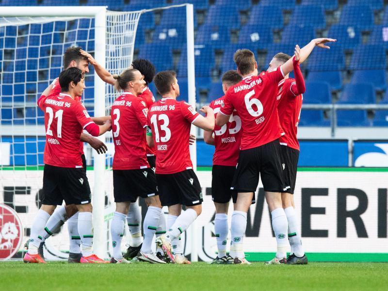 Hannover 96 baute mit dem Sieg gegen Jahn Regensburg den Vorsprung auf die Gäste aus Franken aus. Foto: Julian Stratenschulte/dpa