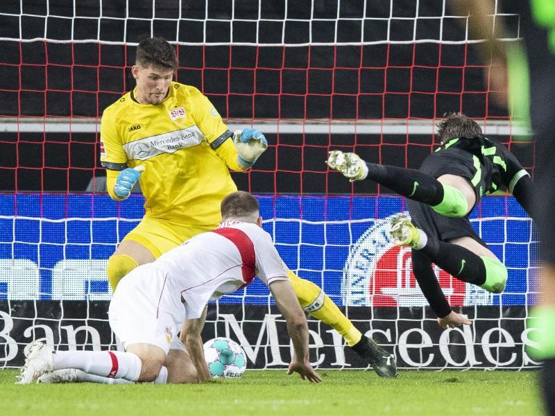 VfL-Torjäger Wout Weghorst (r) sorgte beim Wolfsburger Sieg in Stuttgart für die Vorentscheidung. Foto: Tom Weller/dpa