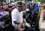 Menschen versammeln sich vor einem städtischen Gebäude, nachdem ein Afroamerikaner bei einem Polizeieinsatz erschossen wurde. Der Vorfall ereignete sich in der Kleinstadt Elizabeth City im Bundesstaat North Carolina, als Beamte einen Durchsuchungsbefehl ausführten. Foto: Gerry Broome/AP/dpa