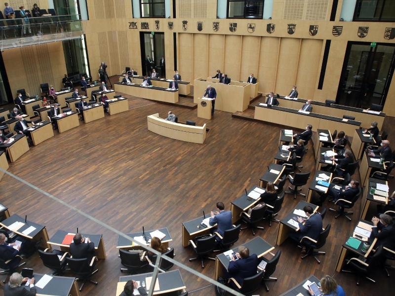 «Verfassungsrechtlich problematisch»: Hessens Ministerpräsident Volker Bouffier spricht im Bundesrat. Foto: Wolfgang Kumm/dpa