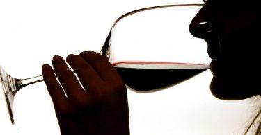 Während der Corona-Pandemie verlagert sich der Weinhandel immer mehr ins Netz. Foto: Gero Breloer/dpa