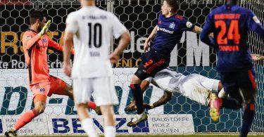 Daniel Keita Ruel (r) sorgte bei Sandhausens Sieg gegen den HSV für die Vorentscheidung. Foto: Uwe Anspach/dpa