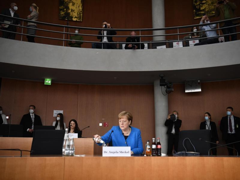 Bundeskanzlerin Angela Merkel sitzt vor dem Wirecard-Untersuchungsausschuss. Foto: John Macdougall/AFP-Pool/dpa
