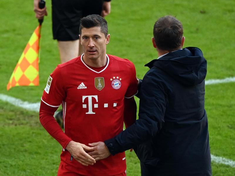 Bayern-Trainer Hansi Flick kann in Mainz wieder seinen Stürmer Robert Lewandowski auf das Feld schicken. Foto: Matthias Balk/dpa POOL/dpa