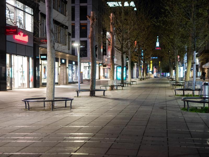Viele Innenstädte waren letzte Nacht menschenleer: Zum ersten Mal greift seit Mitternacht die Corona-Notbremse. Foto: Christoph Schmidt/dpa