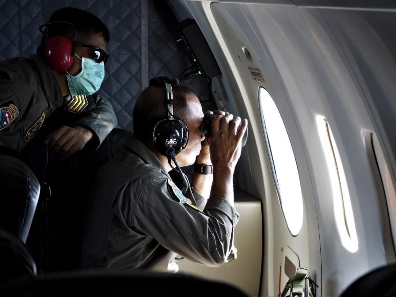 Die Besatzung eines Patrouillenflugzeugs der indonesischen Marine bei der Suche über der Bali-See. Foto: Eric Ireng/AP/dpa