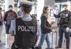 Die Bundespolizei kontrolliert Reisende am Frankfurter Flughafen. Foto: Boris Roessler/dpa