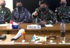 Indonesische Militärs zeigen auf einer Pressekonferenz Teile, die mutmaßlich aus dem vermissten U-Boot stammen. Foto: Firdia Lisnawati/AP/dpa
