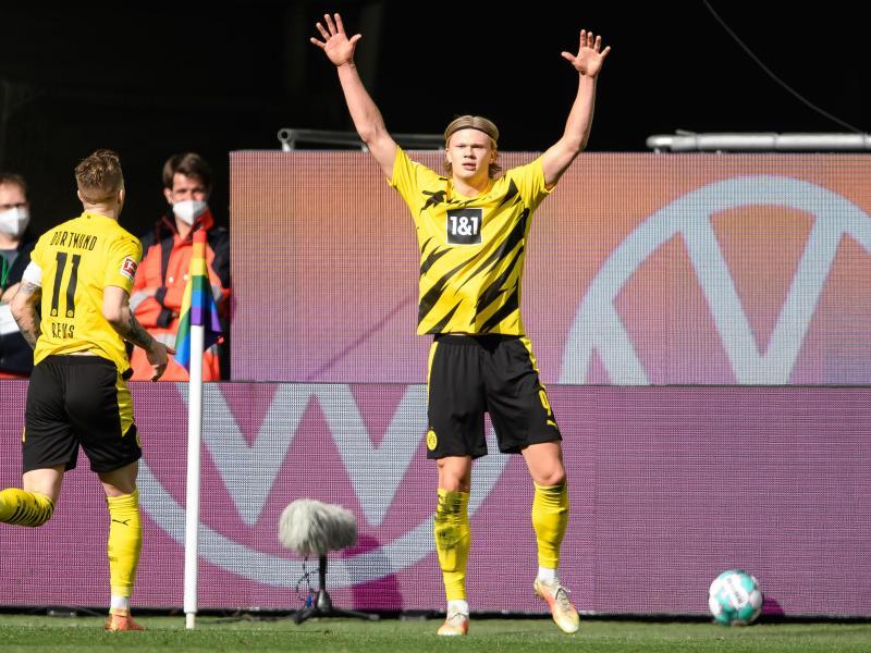 Matchwinner Erling Haaland (r) wird von BVB-Teamkollege Marco Reus in Wolfsburg gefeiert. Foto: Swen Pförtner/dpa