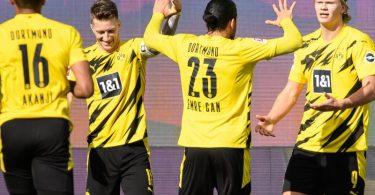 Dortmunds Matchwinner Erling Haaland (r) wird von seinen BVB-Teamkollegen in Wolfsburg gefeiert. Foto: Swen Pförtner/dpa