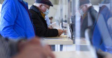 Impfberechtigte im Eingangsbereich eines Impfzentrums. Foto: Christopher Neundorf/dpa