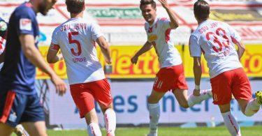 Andreas Albers (M) hat mit seinem Tor Jahn Regensburg die Führung im Spiel gegen den HSV gebracht. Foto: Armin Weigel/dpa