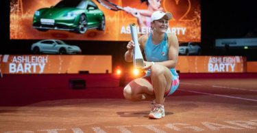 Ashleigh Barty bejubelt ihren Sieg mit dem Pokal. Foto: Marijan Murat/dpa-Pool/dpa