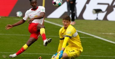 Leipzigs Mittelfeldspieler Amadou Haidara erzielt gegen VfB-Torwart Gregor Kobel das Tor zum 1:0. Foto: Odd Andersen/AFP-Pool/dpa