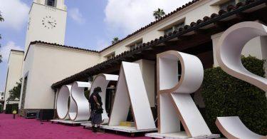 Der rote Teppich vor der Union Station, einer der Oscar-Locations, ist ausgerollt. Foto: Chris Pizzello/AP/dpa