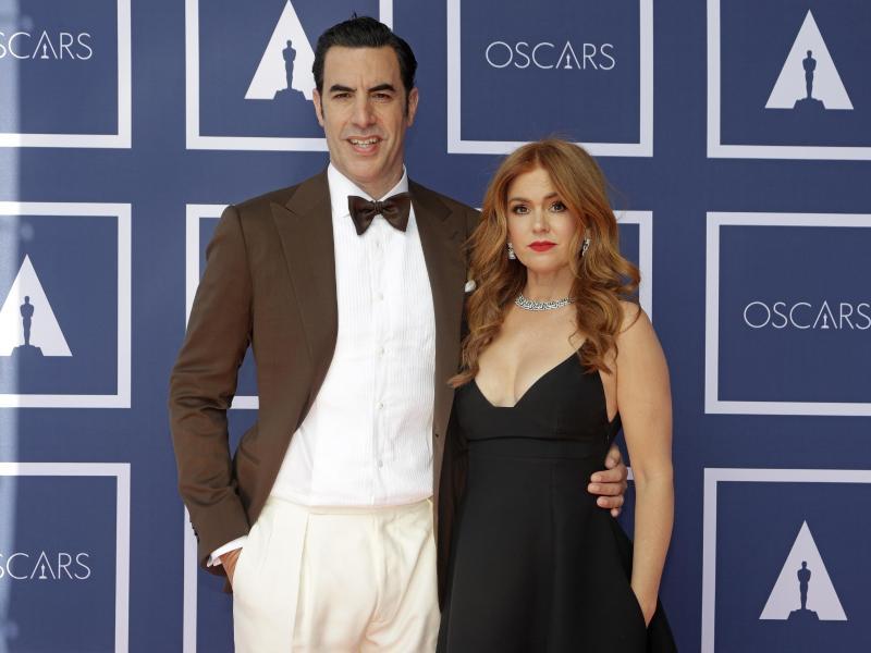 Schauspieler Sacha Baron Cohen und Schauspielerin Isla Fisher kommen zu einer Vorführung der Oscars im australischen Sydney. Foto: Rick Rycroft/Pool AP/dpa