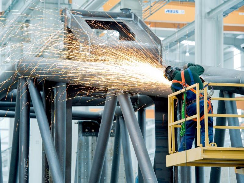 Wenn die Funken fliegen, ist es meist auch ziemlich laut: Deshalb ist Lärmschutz gerade in verschiedenen Industriebereichen so wichtig. Foto: Robert Schlesinger/dpa-Zentralbild/dpa-tmn