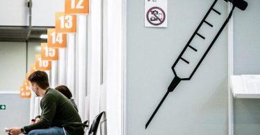 Spritzen zum Eigenschutz - und zumSchutz anderer: Angenommen wird, dass vollständig geimpfte Menschen als Überträger des Coronavirus eine geringere Rolle spielen als Ungeimpfte. Foto: Michael Kappeler/dpa