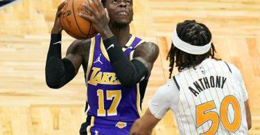 Dennis Schröder (l) von den Los Angeles Lakers setzt zum Wurf an. Foto: John Raoux/AP/dpa