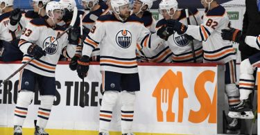 Leon Draisaitl (M) von den Edmonton Oilers feiert sein Tor mit den Teamkollegen. Foto: Fred Greenslade/The Canadian Press/AP/dpa