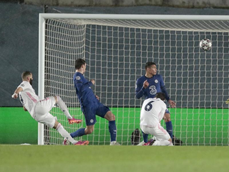 Mit einem Kunstschuss erzielt Real Madrids Karim Benzema (l) das 1:1. Foto: Bernat Armangue/AP/dpa