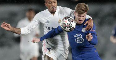 Chelseas Timo Werner (r) kämpft um den Ballbesitz gegen Real Madrids Eder Militao. Foto: Bernat Armangue/AP/dpa