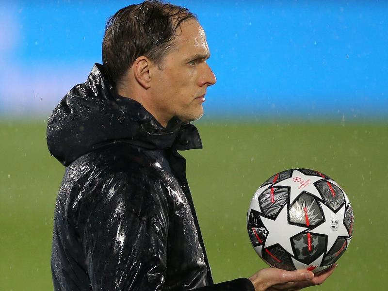 Chelseas Trainer Thomas Tuchel hält an der Seitenlinie abwartend den Spielball in der Hand. Foto: Isabel Infantes/PA Wire/dpa