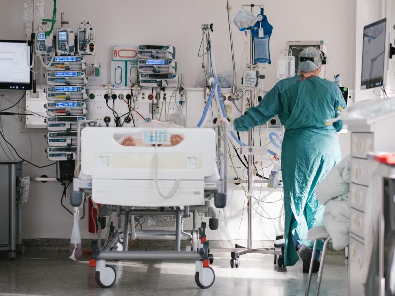 Eine Pflegerin versorgt auf der Intensivstation am Klinikum Braunschweig einen an Covid-19 erkrankten Patienten. Laut DIVI ist die Lage auf den Intensivstationen bundesweit immer noch sehr angespannt. Foto: Ole Spata/dpa