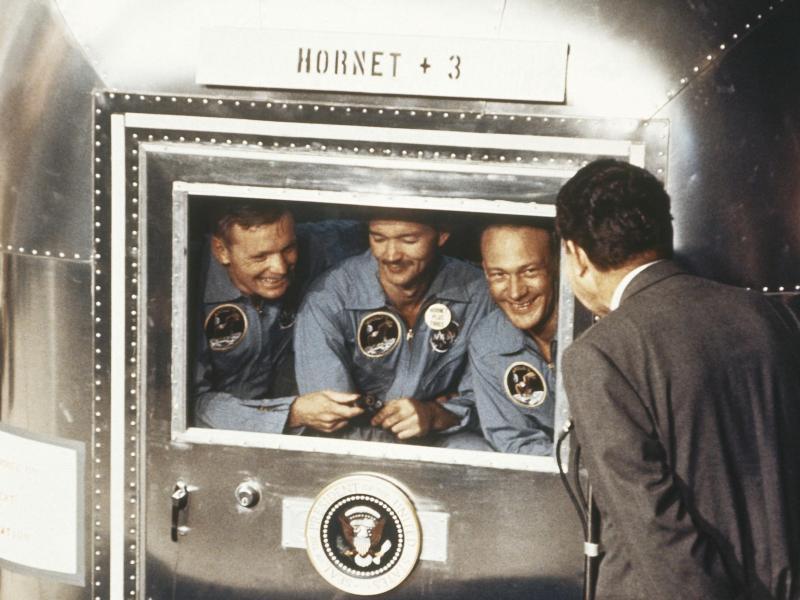 Der damalige US-Präsident Richard Nixon (r) empfängt die Apollo-11-Astronauten nach ihrer Rückkehr aus dem All. Foto: Uncredited/AP/dpa