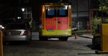 Ein Krankenwagen steht auf dem Gelände der Oberlinklinik. In der Potsdamer Klinik kam es zu einem Zwischenfall mit vier Toten. Foto: Paul Zinken/dpa-Zentralbild/dpa