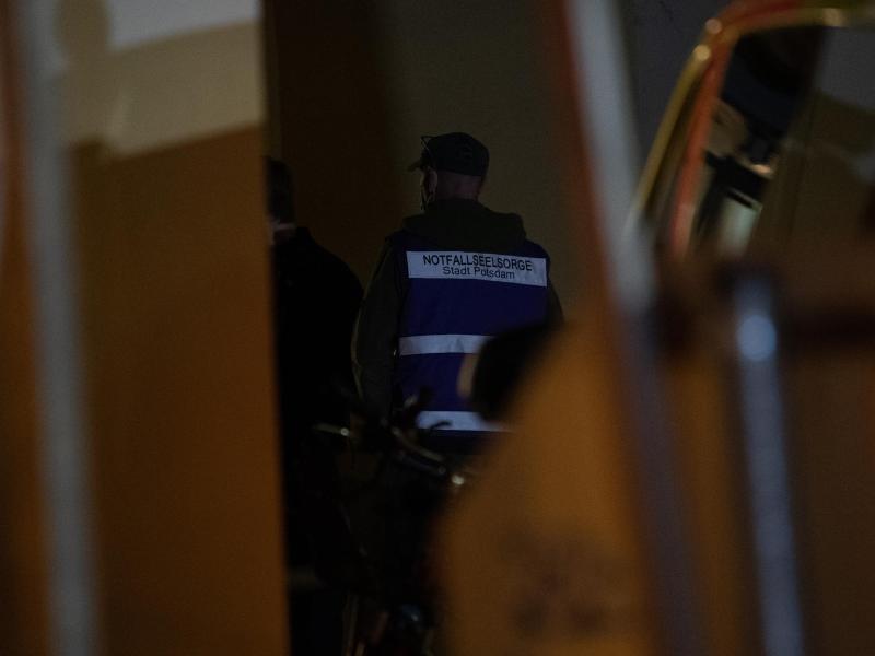 Ein Notfallseelsorger ist ebenfalls vor Ort. Foto: Paul Zinken/dpa-Zentralbild/dpa