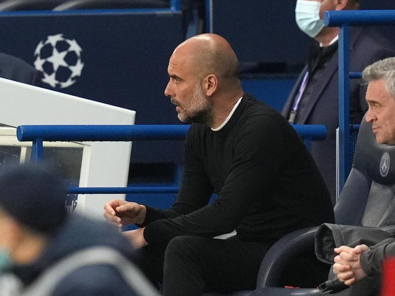 Pep Guardiola, Trainer von Manchester City, sitzt auf der Bank und beobachtet das Spiel. Foto: Julien Poupert/PA Wire/dpa