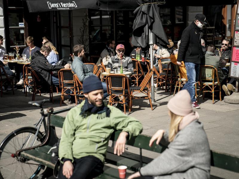 Menschen sitzen im belebten Außenbereich eines Cafés in der dänischen Haupstadt Kopenhagen. Foto: Mads Claus Rasmussen/Ritzau Scanpix/dpa