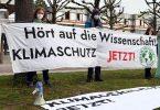Mitglieder der Karlsruher Gruppe von Fridays for Future vor dem Bundesverfassungsgericht. Foto: Uli Deck/dpa