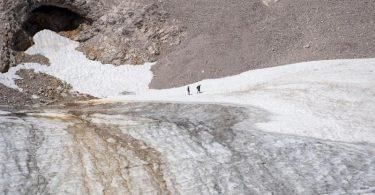 Ausflügler auf der Zugspitze bei einem Spaziergang über den Gletscher in Garmisch-Partenkirchen. Foto: Sven Hoppe/dpa/Archiv
