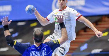 Sebastian Heymann (r) setzt sich gegen den Bosnier Vladimir Vranjes (21) durch und kommt zum Wurf. Foto: Sascha Klahn/dpa