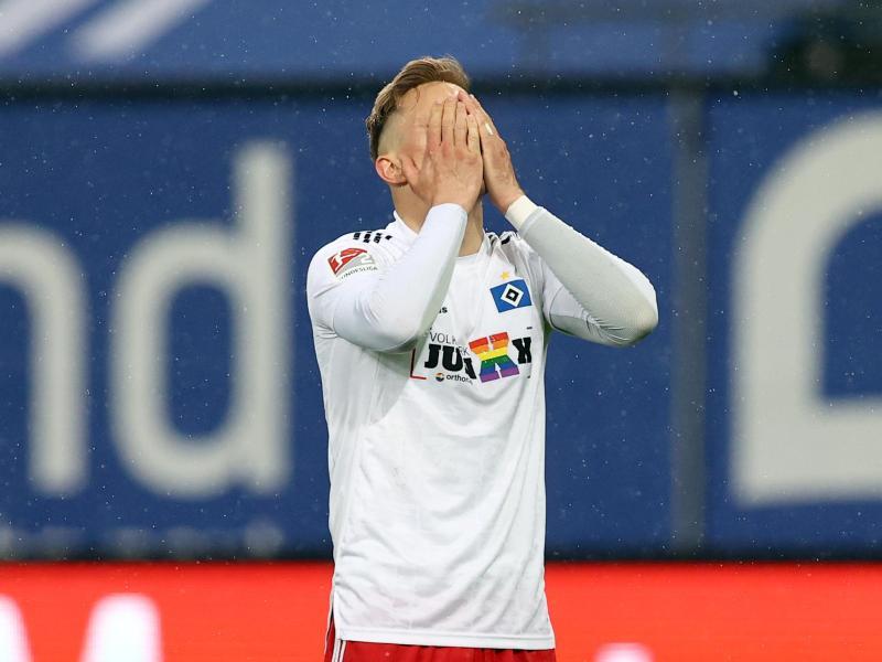 Hamburgs Sonny Kittel hadert mit einer verpassten Torchance gegen den KSC. Foto: Christian Charisius/dpa