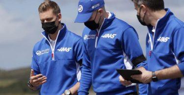 Mick Schumacher (l) inspiziert mit Kollegen vom Team Haas die Rennstrecke in Portugal. Foto: Manu Fernandez/AP/dpa