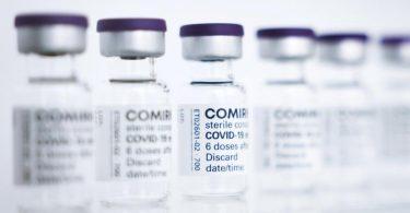 Fläschchen des Comirnaty-Impfstoffs von Biontech/Pfizer. Foto: Christian Charisius/dpa