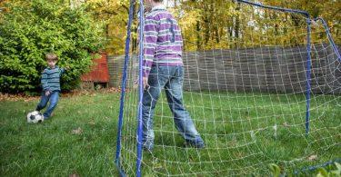 Noch eine Runde Fußball! Kinder haben mitunter einen unglaublichen Bewegungsdrang. Foto: Christin Klose/dpa-tmn
