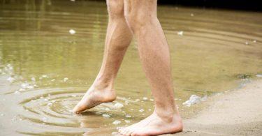 Vorsichtig herantasten: Kaltes Wasser und fehlende Kondition können sonst auf den ersten Schwimmrunden zum Problem werden. Foto: Christin Klose/dpa-tmn