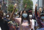Anti-Putsch-Demonstranten zeigen während eines Protests in Rangun gegen die Militärregierung den Drei-Finger-Gruß als Zeichen des Protests. Foto: Uncredited/AP/dpa