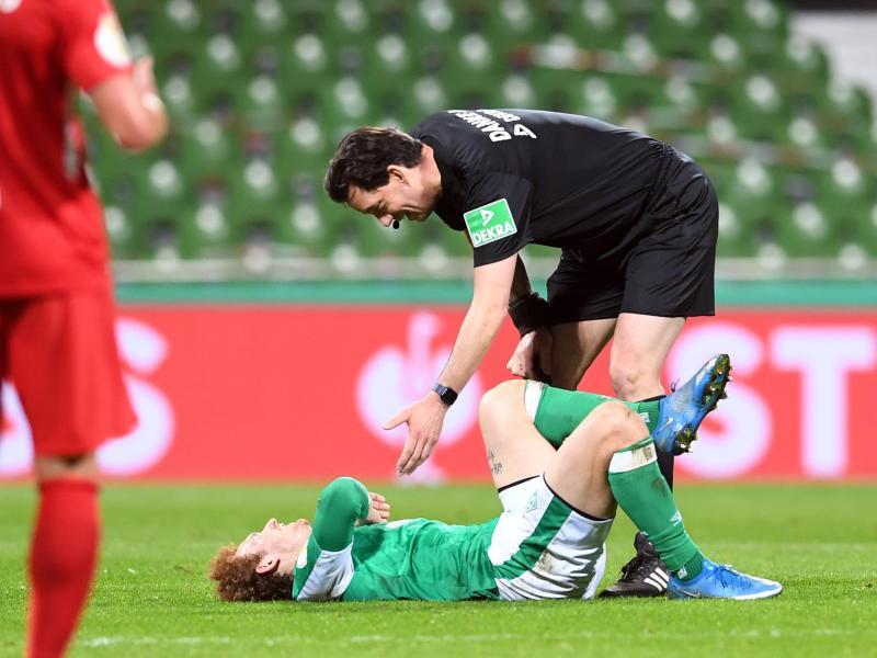 Schiedsrichter Manuel Gräfe erkundigt sich bei Bremens Joshua Sargent nach dem Befinden. Foto: Carmen Jaspersen/dpa