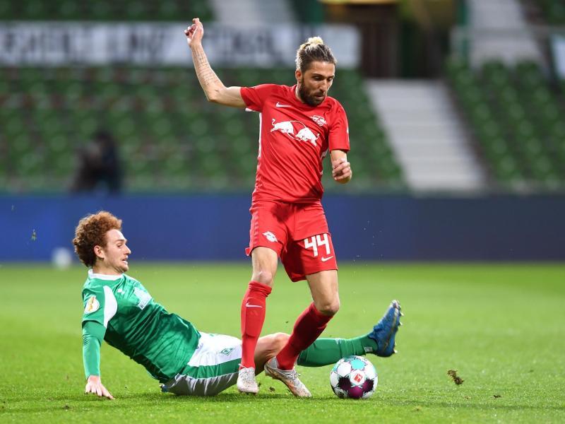 Bremens Joshua Sargent (l) und Leipzigs Kevin Kampl kämpfen um den Ball. Foto: Carmen Jaspersen/dpa