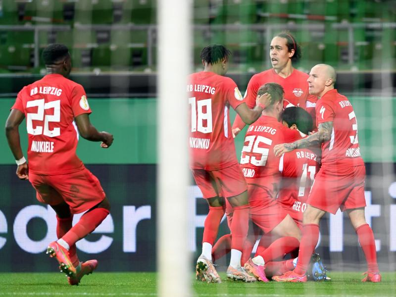 Leipzigs Mannschaft bejubelt das Tor zum zur 1:0-Führung in Bremen. Foto: Carmen Jaspersen/dpa