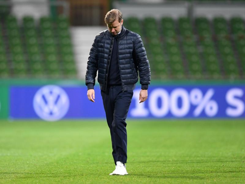 Florian Kohfeldt geht nach dem Spiel enttäuscht über das Spielfeld, aber er bleibt Trainer von Werder Bremen. Foto: Carmen Jaspersen/dpa