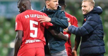Leipzigs Trainer Julian Nagelsmann (M) freut sich nach dem Spiel mit seinem Team über den Finaleinzug. Foto: Carmen Jaspersen/dpa