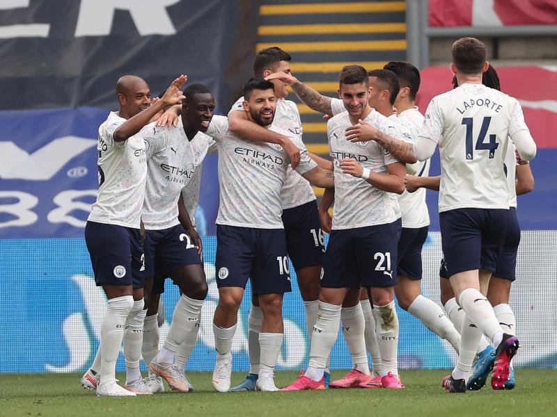 Die Spieler von Manchester City bejubeln das Führungstor von Sergio Agüero (3.v.l). Foto: Clive Rose/PA Wire/dpa