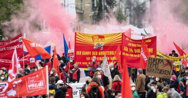 """Motto """"Solidarität ist Zukunft"""": Kundgebung des Deutschen Gewerkschaftsbundes am Königsplatz in München. Foto: Matthias Balk/dpa"""