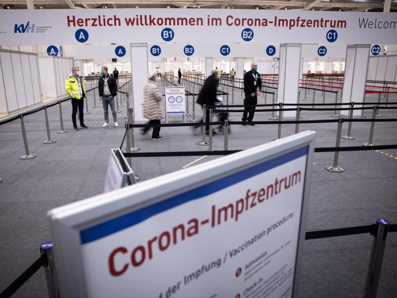 Eingangsbereich des Corona-Impfzentrums in den Hamburger Messehallen. Foto: Christian Charisius/dpa